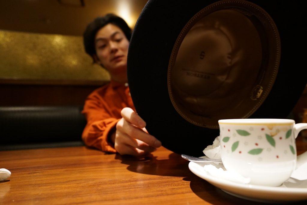 ハットでコーヒカップを捕まえる妖怪。